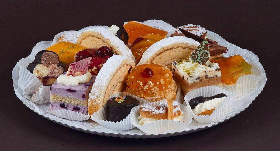 Süße Kleinigkeiten - bunte Konditoreiplatte