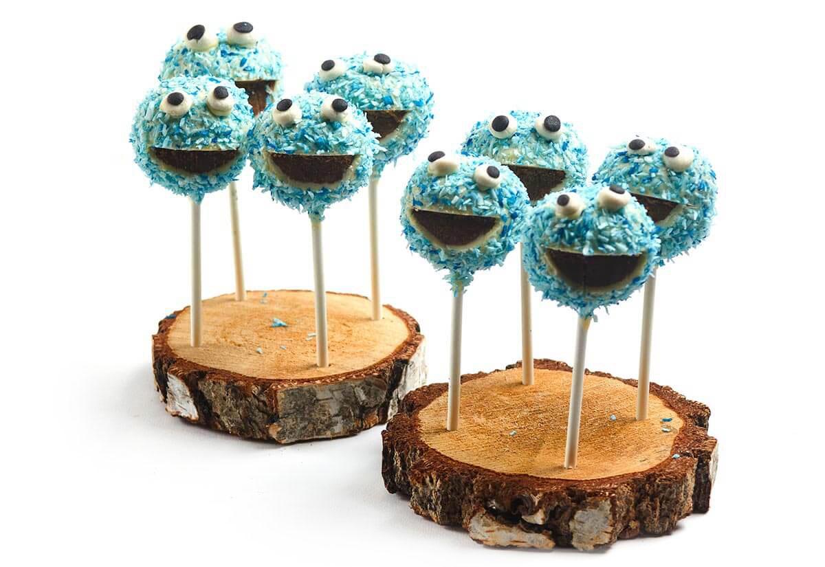 Monster-Cake Pops auf Baumscheiben